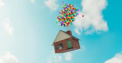 Ballonnen aan een huis die weg vliegen in de lucht