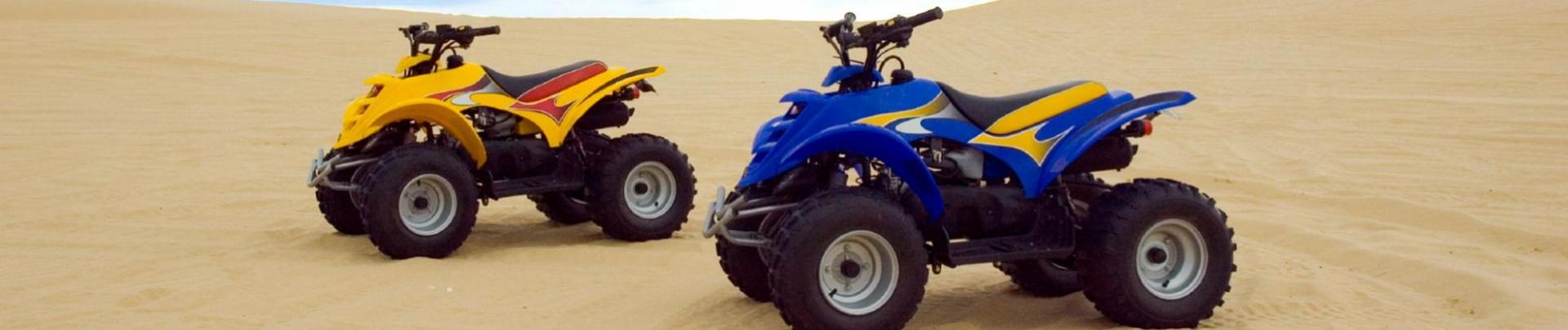 Staan twee quad,s in de woestijn